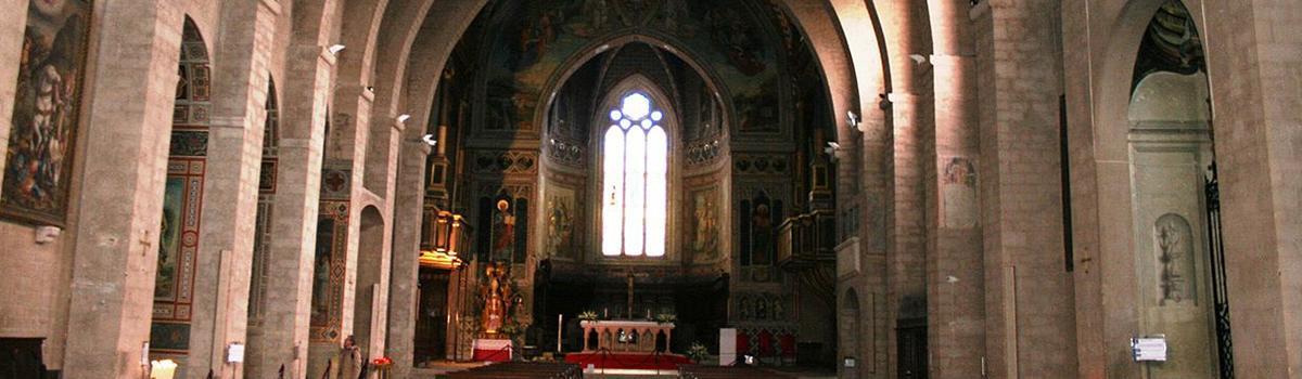 Immagine della navata centrale del Duomo di Gubbio