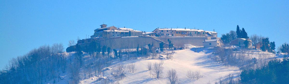 Immagine del panorama di Petriano innevato