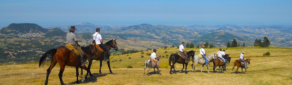 Immagine di trekking a cavallo sui monti di Montecopiolo