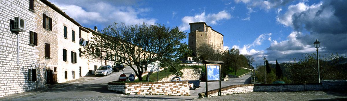Immagine della rocca dal centro di Frontone