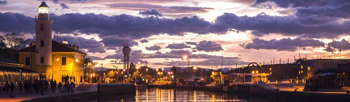 Immagine del porto canale di Cesenatico al tramonto (foto Wikimedia Commons)
