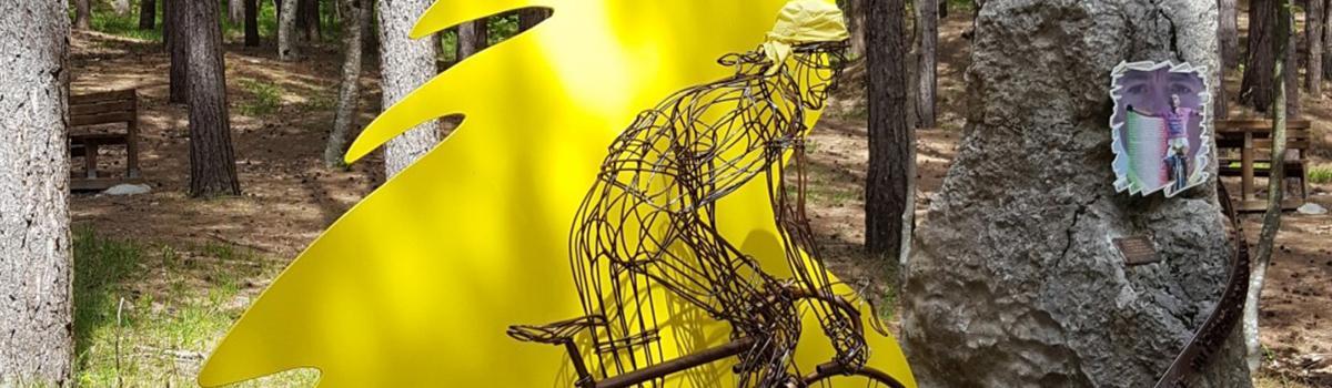 Immagine del monumento a Pantani lungola salita del Monte Carpegna