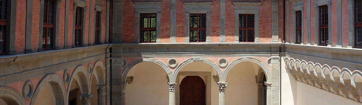 Immagine del cortile del palazzo ducale di Gubbio