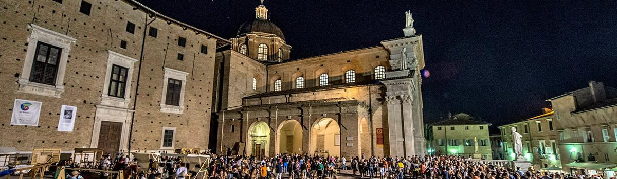 Immagine notturna di Urbino d'estate