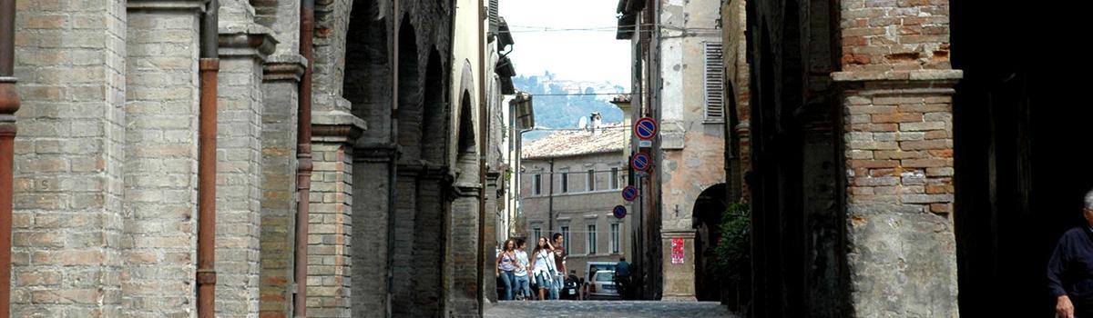 Immagine dei loggiati del centro storico di Urbania