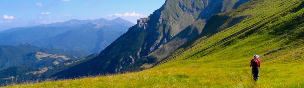 Immagine di persona che fa trekking tra Marche e Umbria