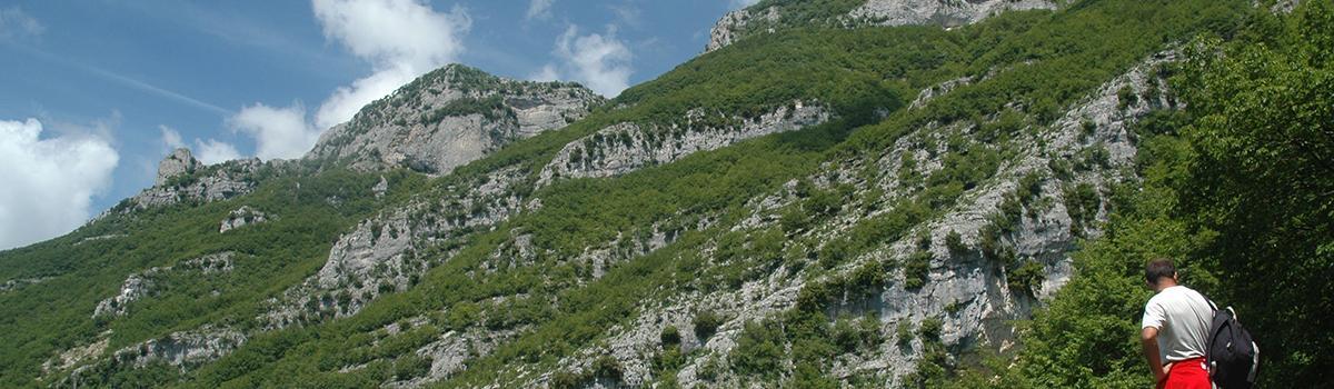 Imagine di escursionisti sul Sasso Simone e Simoncello