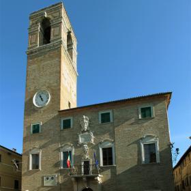 Immagine del palazzo municipale di Urbania