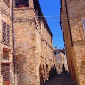 Immagine di un borgo medioevale dell'Appennino marchigiano