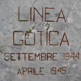 Immagine del cippo stradale che segnala la Linea Gotica
