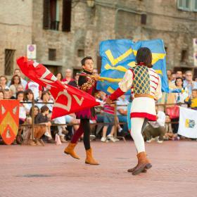 Immagine di giovani sbandieratori dell'Associazione omonima di Gubbio