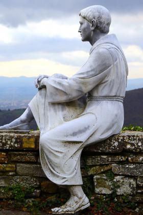 Immagine della statua di San Francesco all'Eremo di Montecasale a Sansepolcro